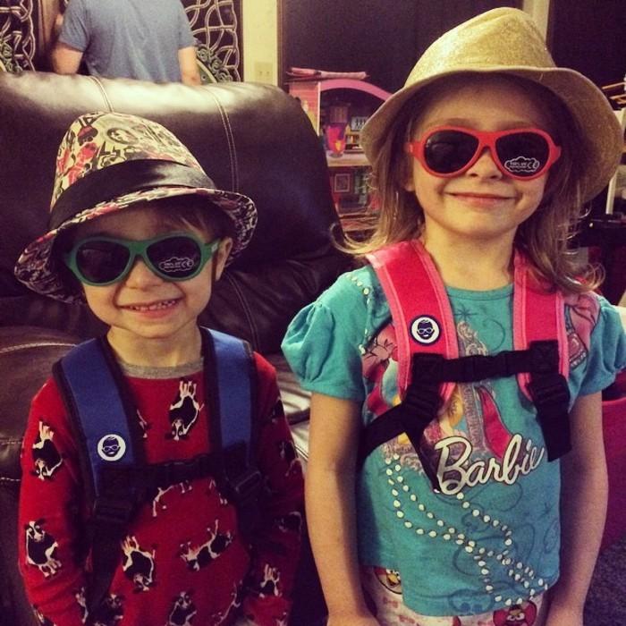 lunettes-soleil-enfant-deux-gosses-petits-diablerons-aux-chapeaux-de-paille-resized