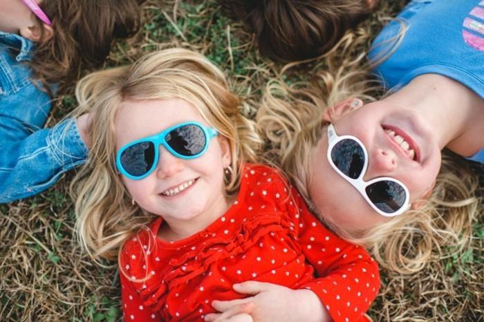 lunettes-soleil-enfant-deux-petites-filles-blondes-qui-jouent-resized