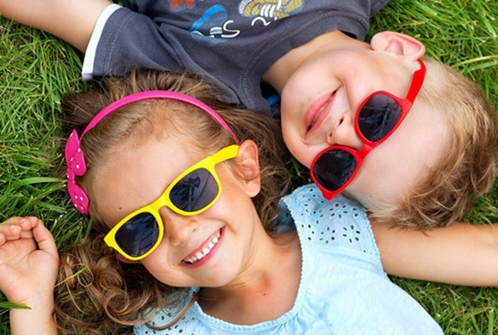 lunettes-soleil-enfant-deux-sur-l'-herbe-resized