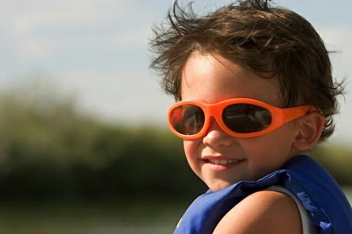 lunettes-soleil-enfant-en-orange-et-aux-formes-etirees-resized