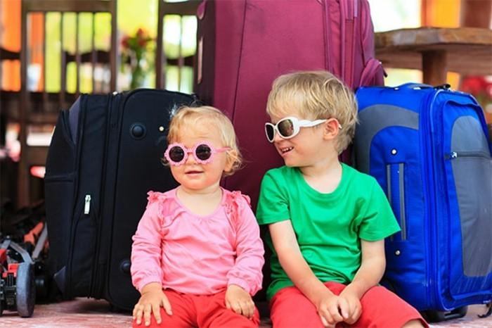 lunettes-soleil-enfant-en-voyage-resized