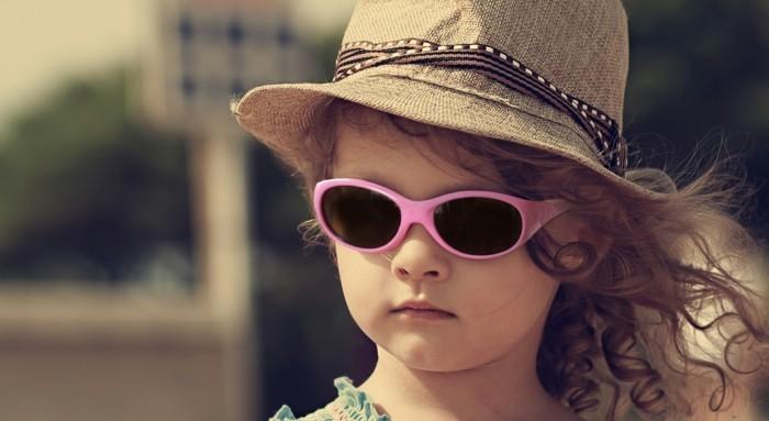 lunettes-soleil-enfant-roses-au-chapeau-beige-ecolo