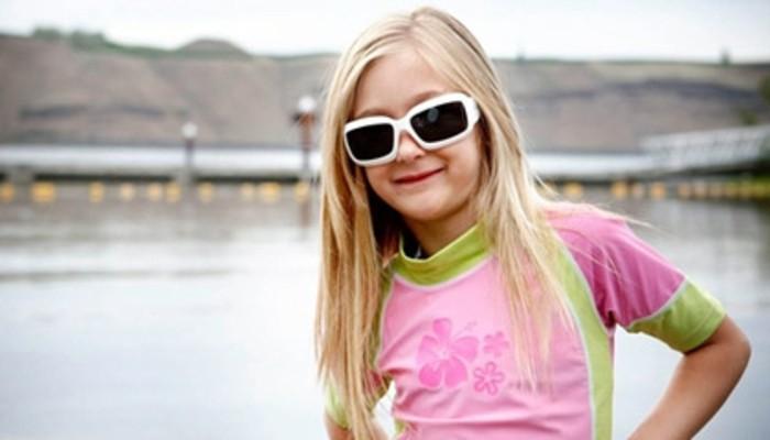lunettes-soleil-enfant-fillette-blonde-monture-blanche-grande-resized