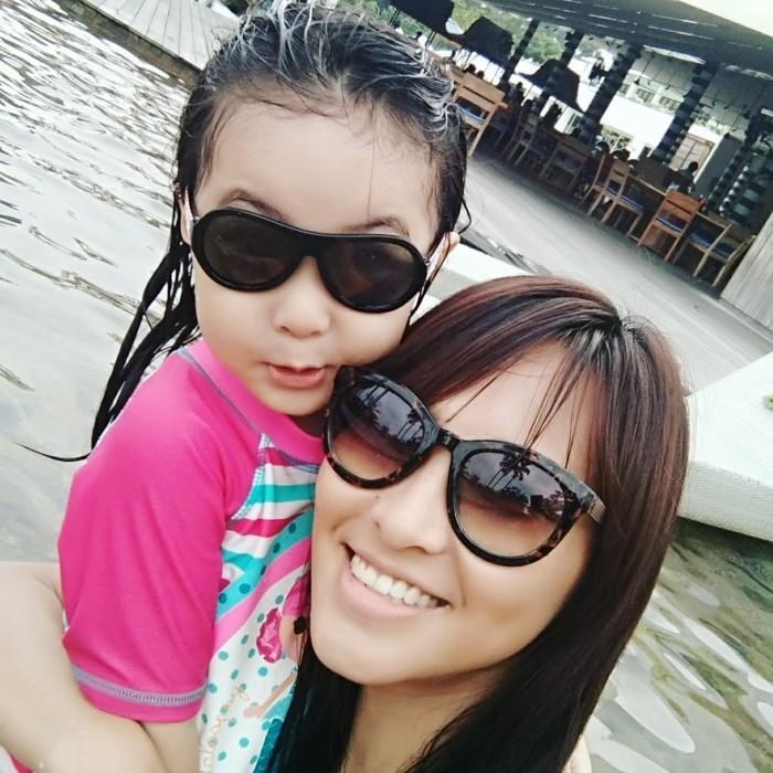 lunettes-soleil-enfant-maman-et-sa-fille-deux-montures-differentes-resized