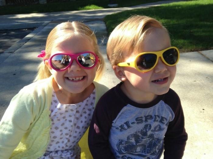 lunettes-soleil-enfant-petit-frere-et-petite-soeur-resized