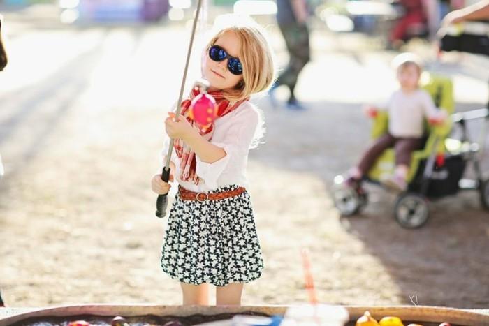 lunettes-soleil-enfant-petite-fille-qui -joue-resized