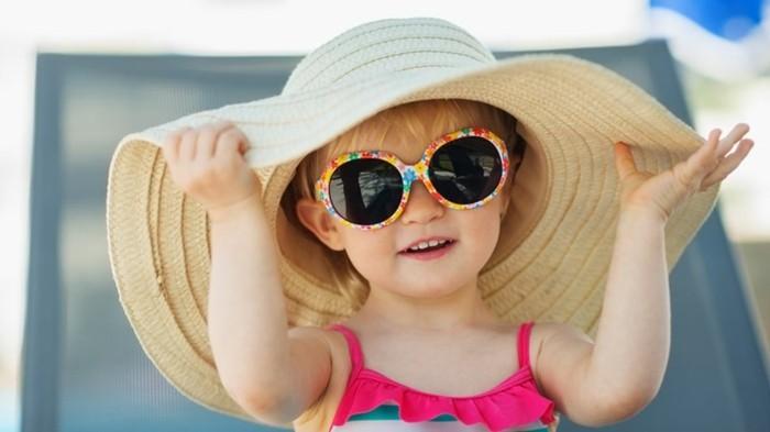 lunettes-soleil-enfant-princesse-au-grand-chapeau-de-paille-resized