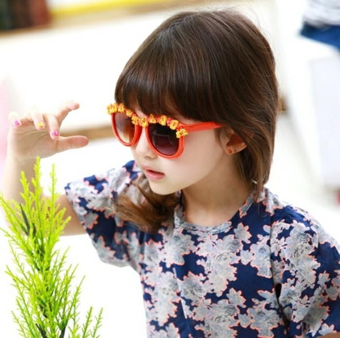 lunettes-soleil-enfant-rouges-aux-marguerites-sur-les-bords-superieurs-resized