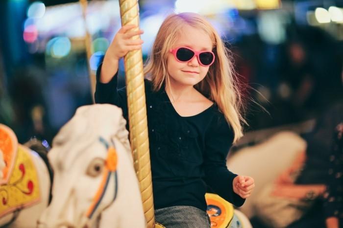 lunettes-soleil-enfant-sur-le-manege-au-grand-sourire-resized