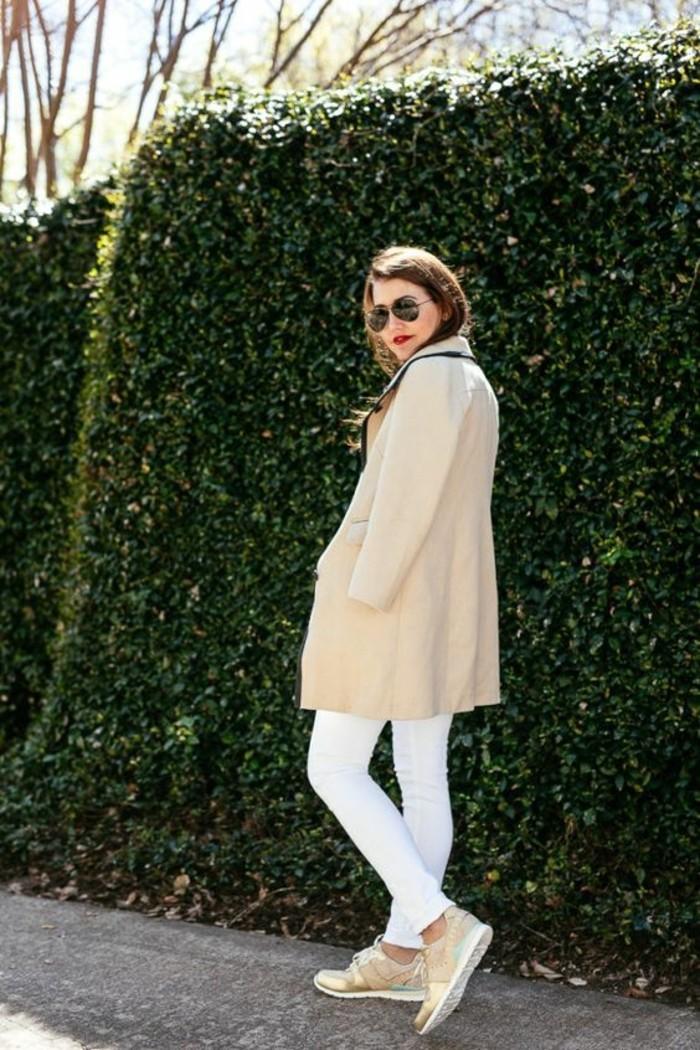 manteau-beige-et-basket-femme-doré-beige-blanc-pantalon-blanc-design-femme