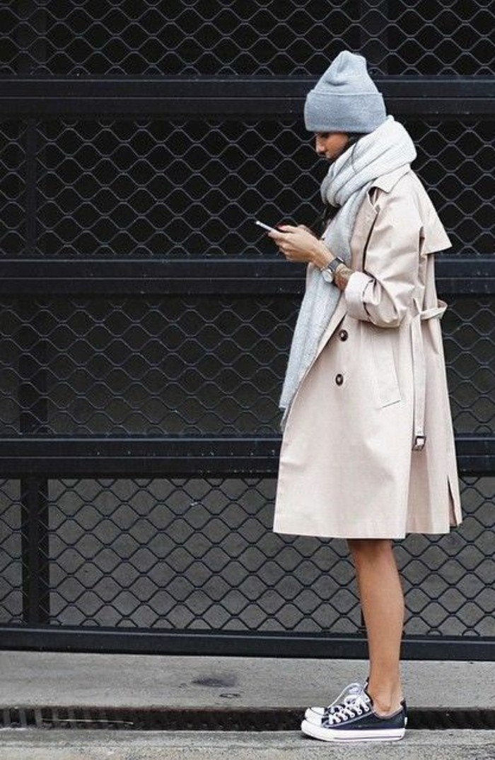manteau-beige-sneakers-femme-blanc-noir-comment-porter-le-manteau-beige
