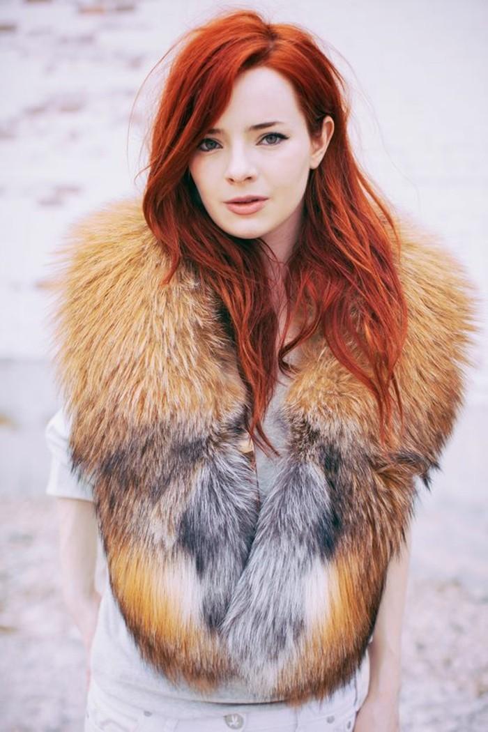 manteau-femme-fourrure-beige-gris-cheveux-oranges-pour-les-femmes-modernes