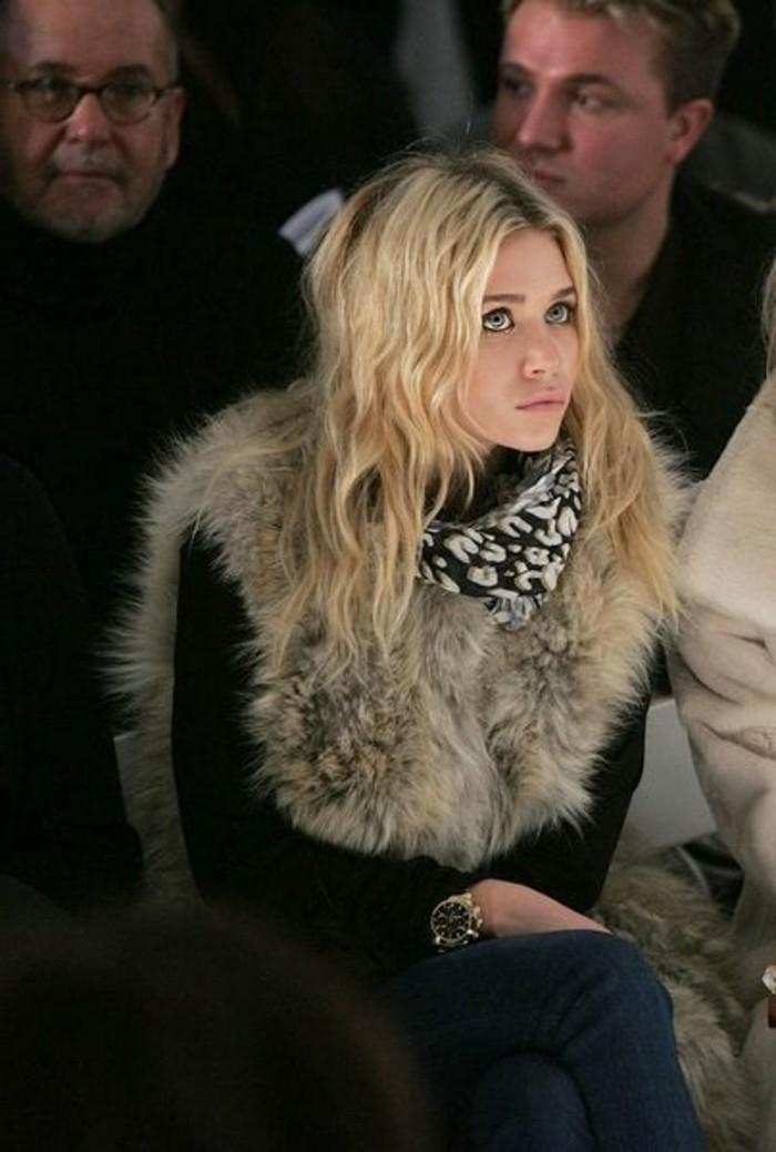 manteau-femme-fourrure-cheveux-blonds-denim-echarpe-stars