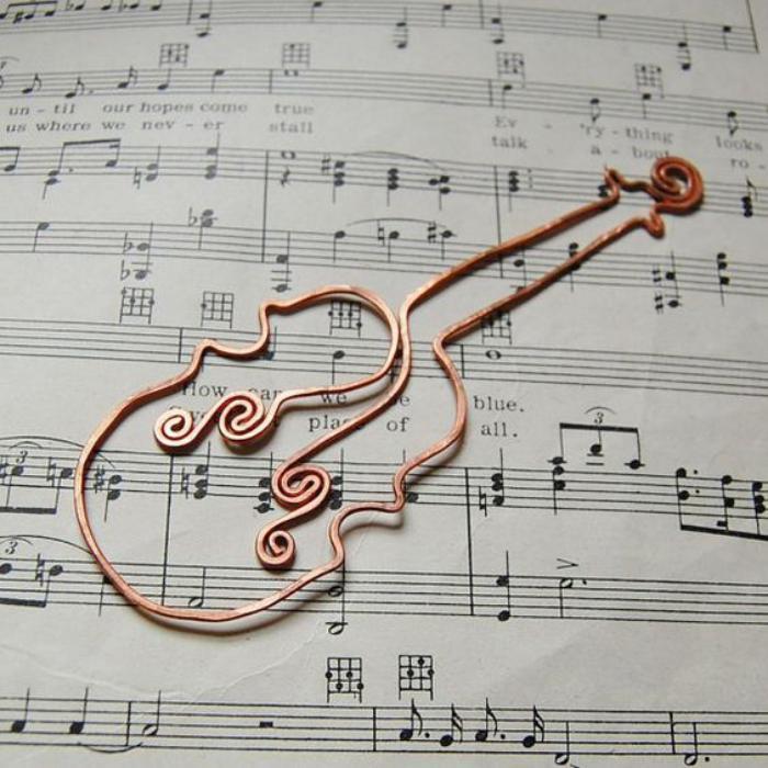 marque-page-original-en-fil-tordu-violine