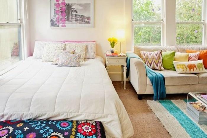 meubles-beiges-murs-beiges-chambre-a-coucher-et-salon-tapis-blanc-bleu