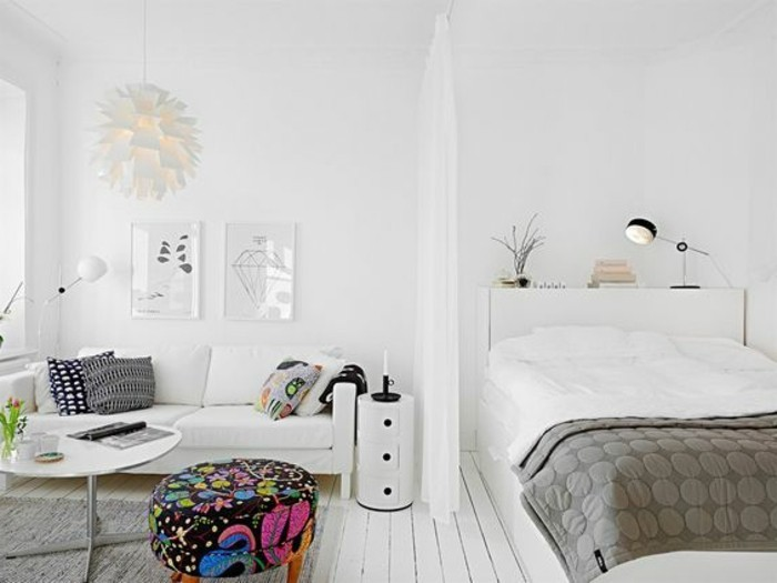 meubles-beiges-sol-en-parquet-blanc-canape-blanc-tapis-gris-tabouret-coloré-salon-et-chambre-a-coucher