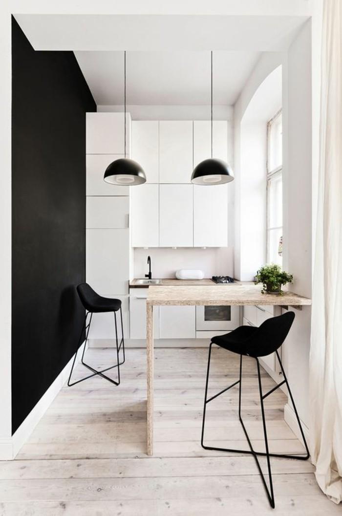 meubles-de-cuisine-table-en-bois-clair-mur-noir-chaises-noires-armoir-de-cuisine