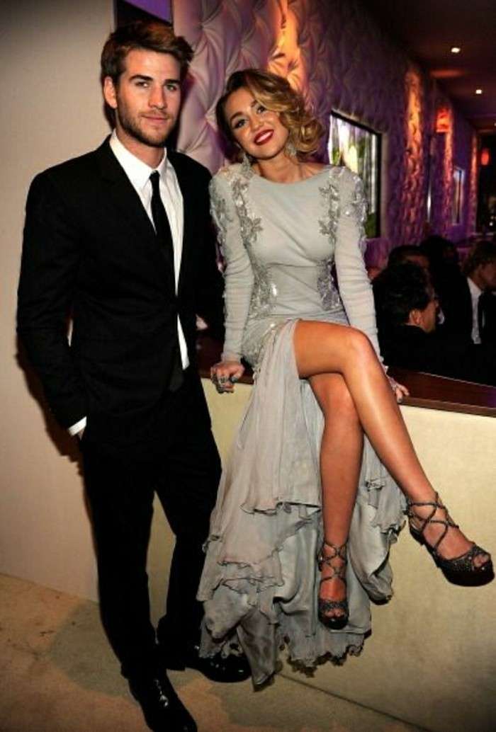 miley-cyrus-et-son-boyfriend-les-couples-amoureuses-jolie-robe-longue-grise