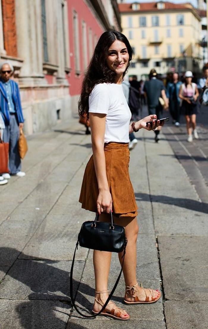 mini-jupe-en-dame-de-couleur-marron-t-shirt-blanc-sac-a-dos-noir-sandales-d-ete