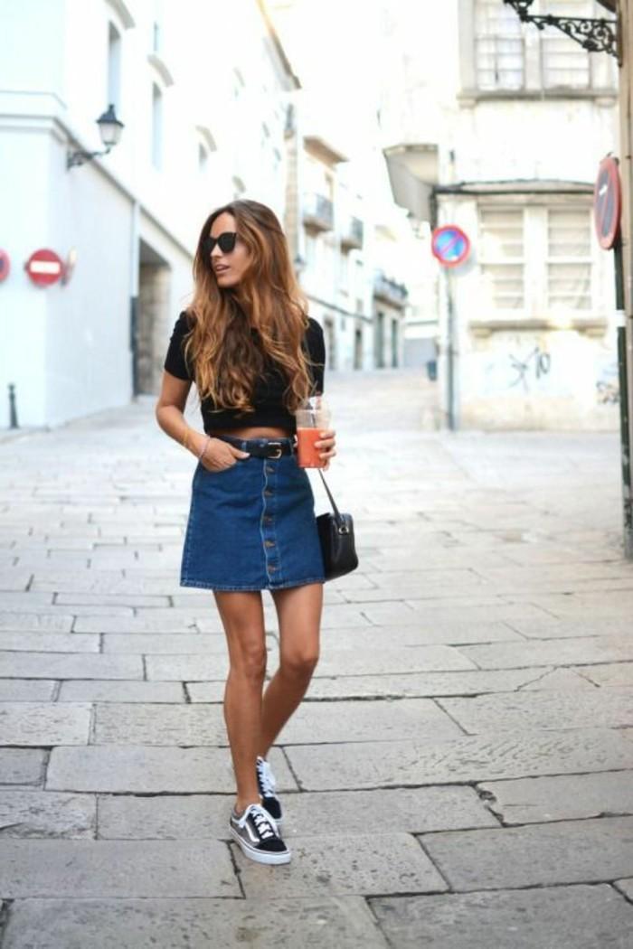 mini-jupe-en-jean-sneakers-noirs-t-shirt-noir-pour-les-femmes-modernes-cheveux-caramel