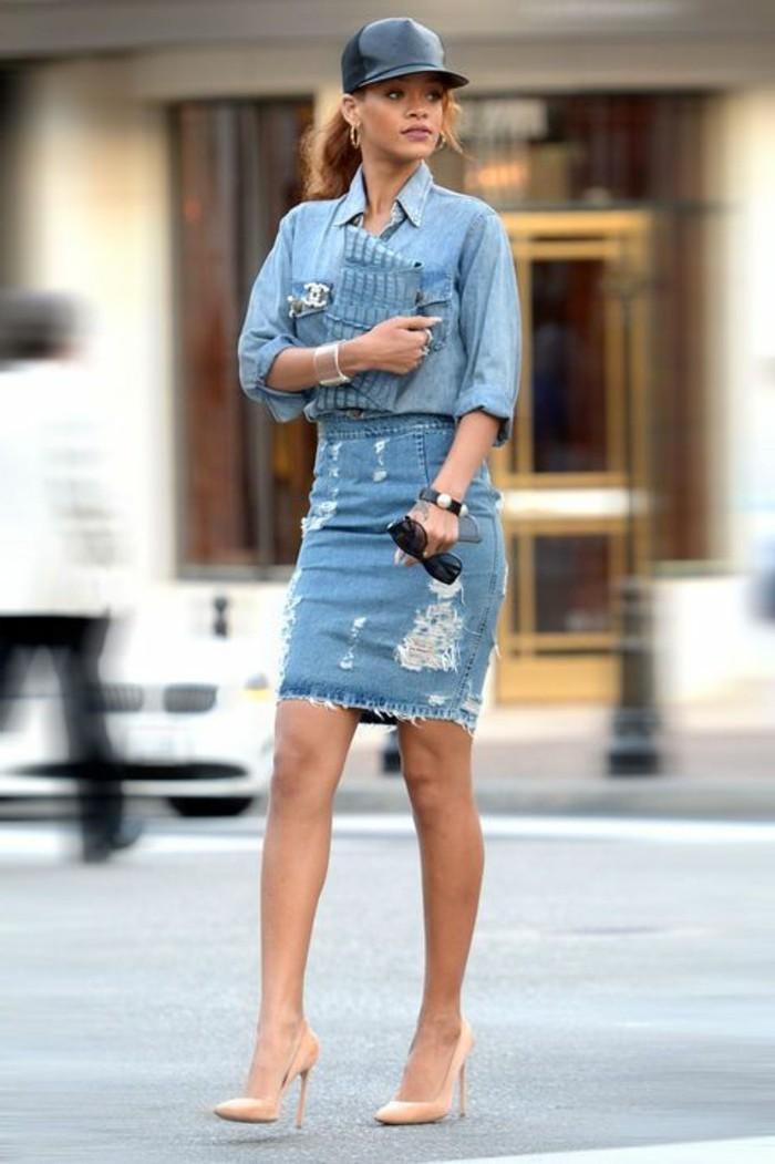 mini-jupe-jupe-courte-talons-beige-chemise-en-denim-tendances-de-la-mode