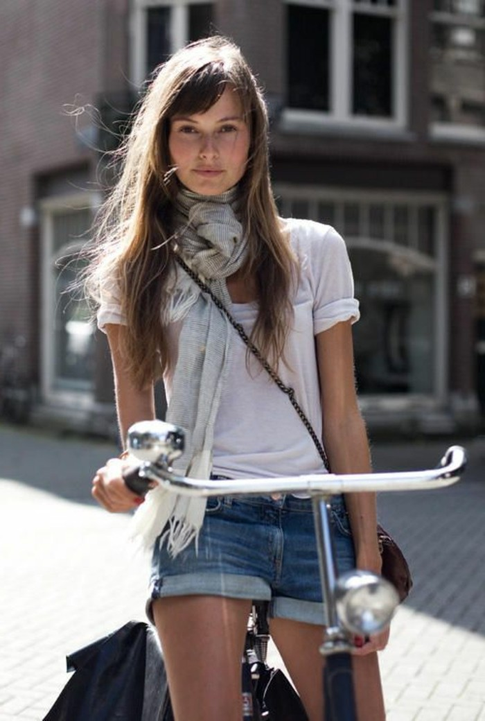 nouer-un-echarpe-femme-gris-t-shirt-blanc-shorts-en-denim-bleu-cheveux-marrons