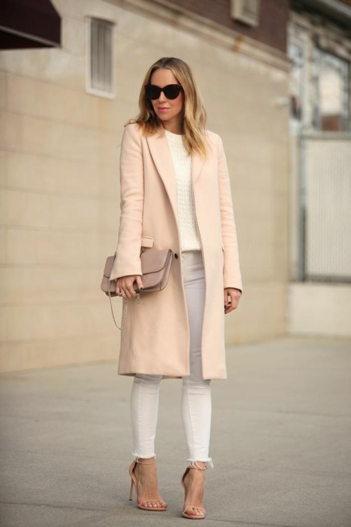 oufit-elegant-femme-denim-blanc-slim-manteau-beige-rose-sac-bandoulier-elegant-channel