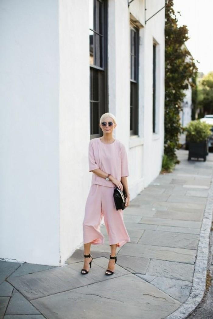 outfit-en-rose-pale-sandales-d-ete-en-cuir-noir-sac-a-main-en-cuir-noir-lunettes-de-soleil