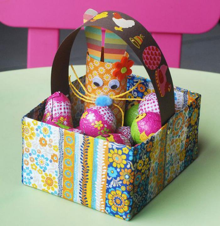 panier-de-paques-carré-multicolore-rouleau-de-papier-recyclé