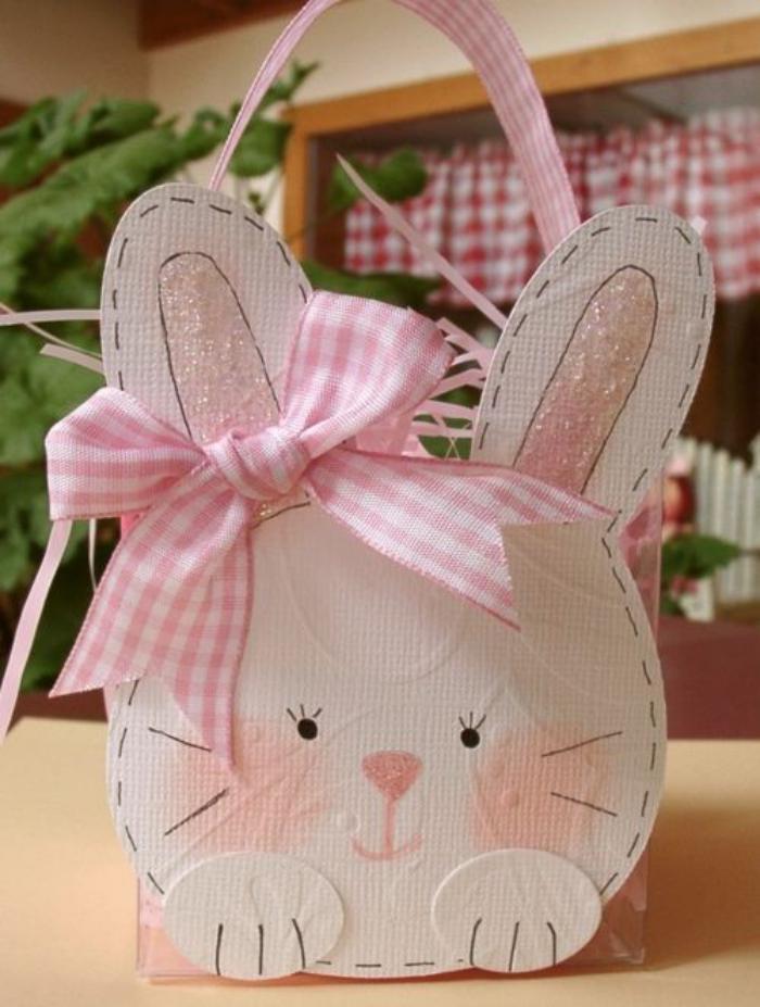 panier-de-paques-lapin-rose-fait-en-carton