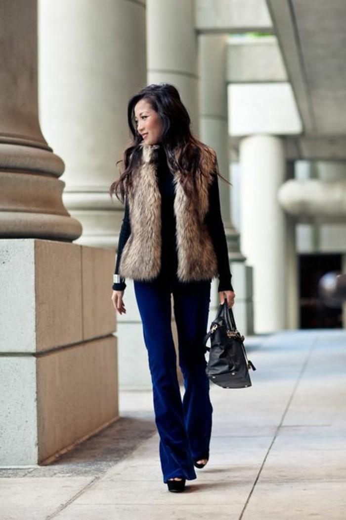 pantalon-denim-bleu-veste-fourrure-talons-hauts-sandales-noires-femme-mode