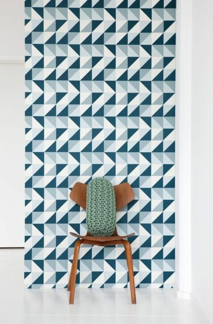 papier-pein-geometrique-blanc-bleu-chaise-en-bois-foncé-chaise-en-bois