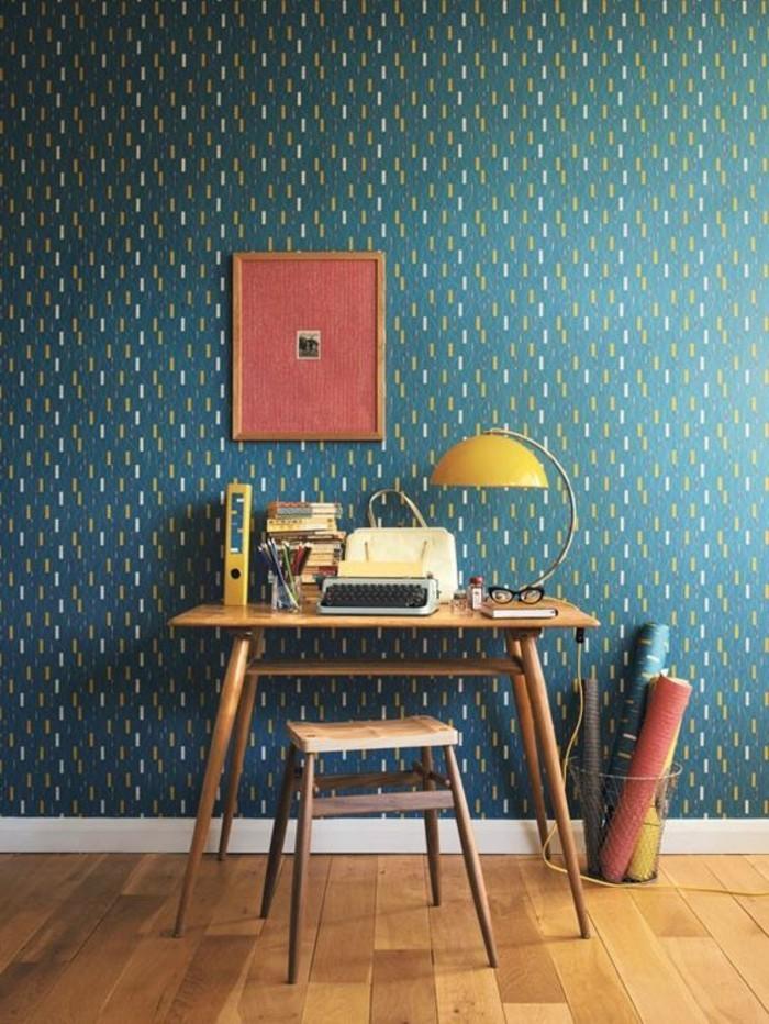papier-peint-design-geometrique-bleu-foncé-sol-en-planchers-en-bois-clair-chaise-en-bois