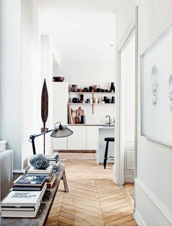 parquet-clair-comment-agrandir-sa-maison-nos-idees-pour-le-couloir-murs-blancs