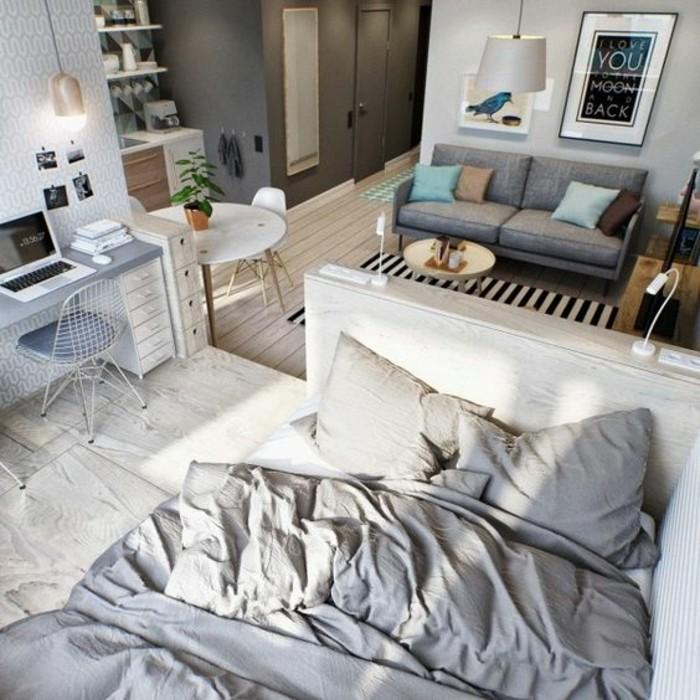 parquet-clair-salon-chic-canapé-gris-murs-gris-tapis-à-rayures-blancs-noirs