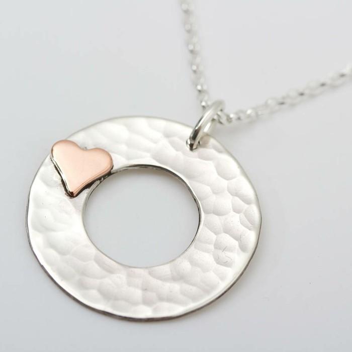 pendentif-argent-cercle-avec-un-petit-coeur-resized