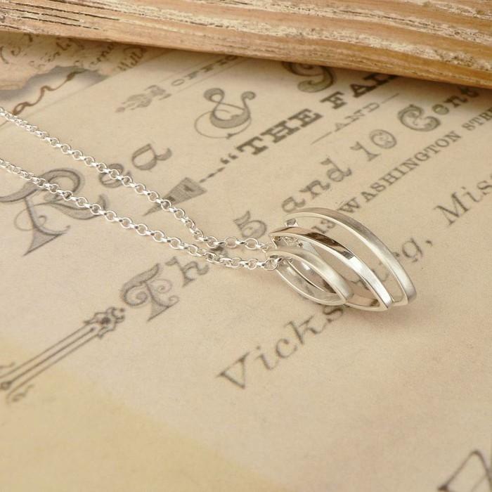 pendentif-argent-forme-geometrique-anneaux-entrelaces-resized