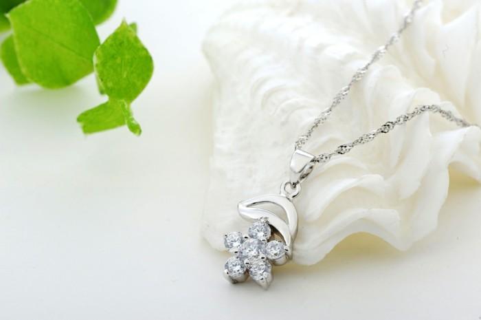 pendentif-argent-petite-fleur-gracieuse-zirconiums-fins-resized