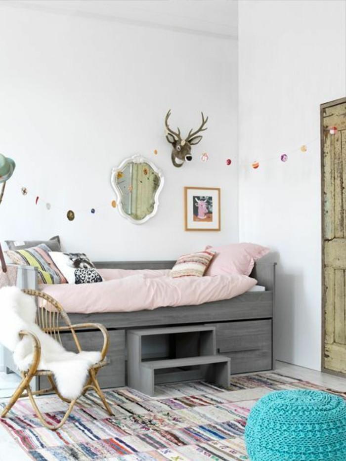 petit-lit-enfant-avec-tiroirs-tapis-coloré-chambre-enfante-balnche