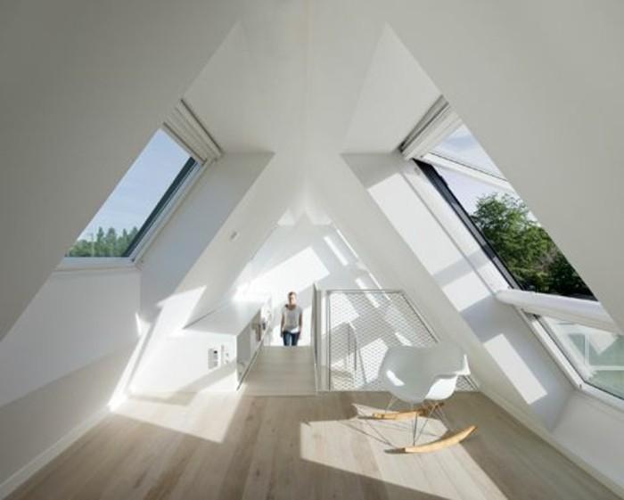 petit-studio-mansardé-sol-en-parquet-clair-murs-sous-pente-fenetre-sur-toit