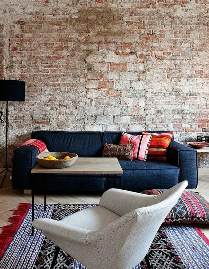 plaquette-de-parement-brique-salon-avec-meubles-d-interieur-modernes-chic-canape-bleu-resized