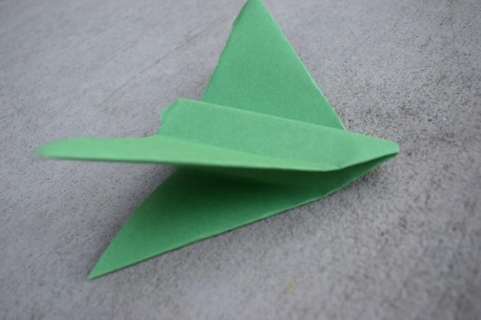 pliage-de-papier-comment-faire-des-avions-en-papier