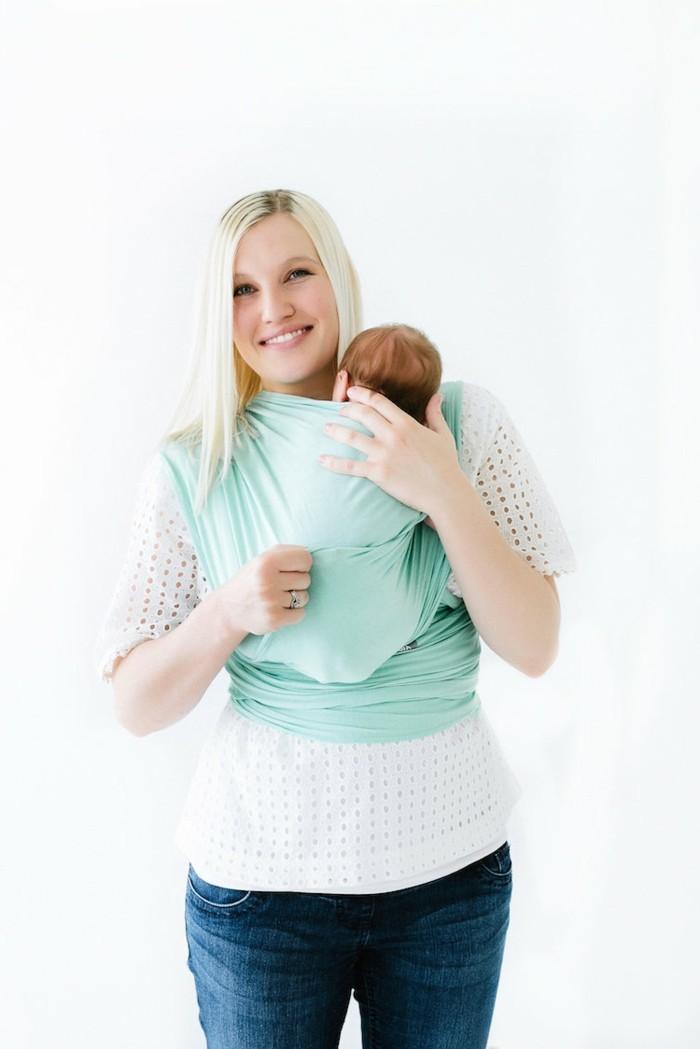 portage-bébé-bleu-clair-comment-porter-le-bebe-denim-bleu-design-femme