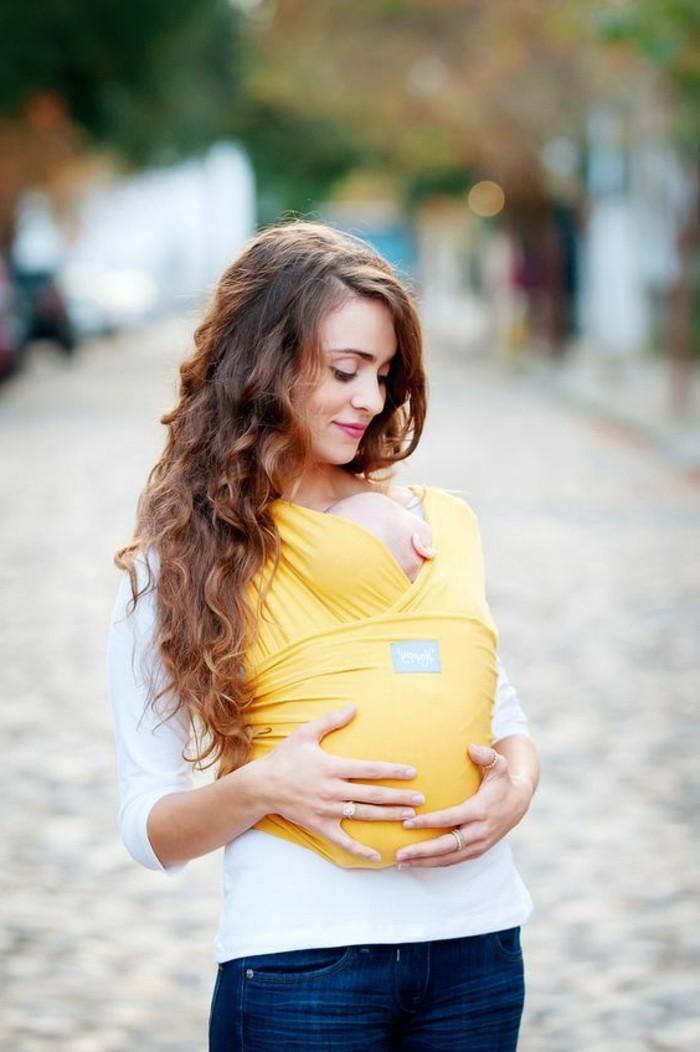 portage-bébé-en-écharpe-noeud-echarpe-bebe-maman-moderne