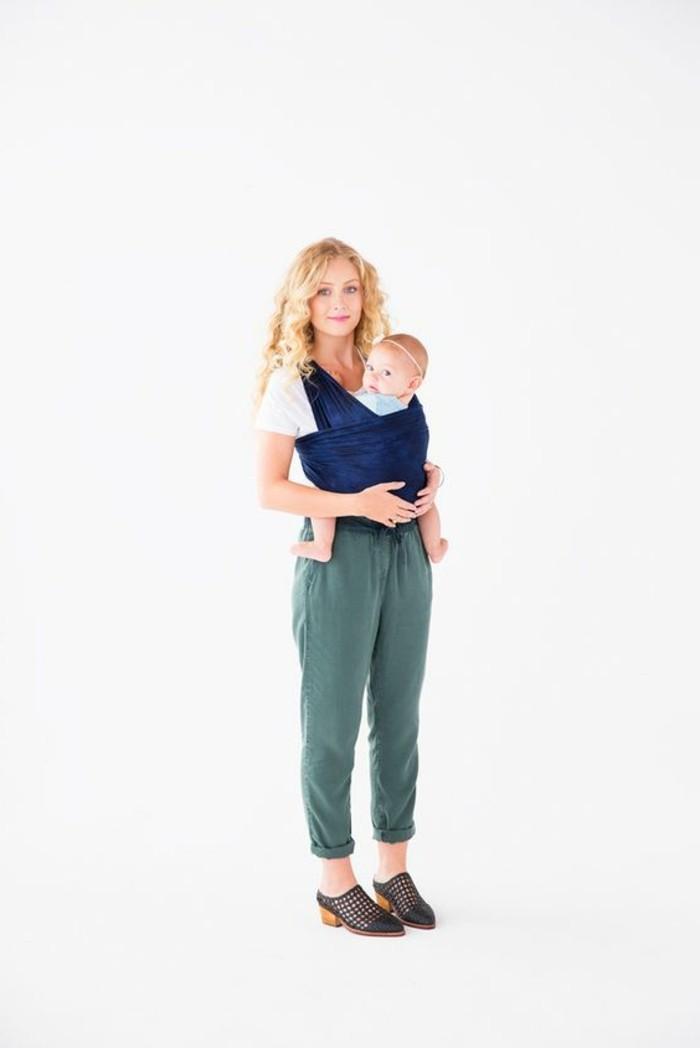 portage-bébé-en-écharpe-pantalon-femme-de-couleur-vert-foncé-chaussures-femme