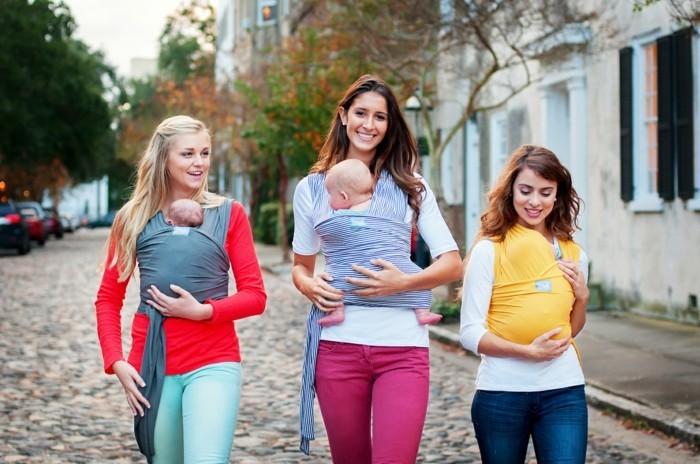 portage-bébé-femmes-avec-cheveux-blonds-comment-porter-le-bebe-avec-un-kengourou