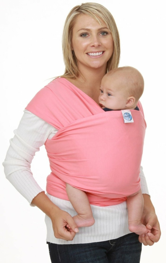 portage-bébé-rose-comment-porter-son-bebe-avec-un-echarpe-rose-pale