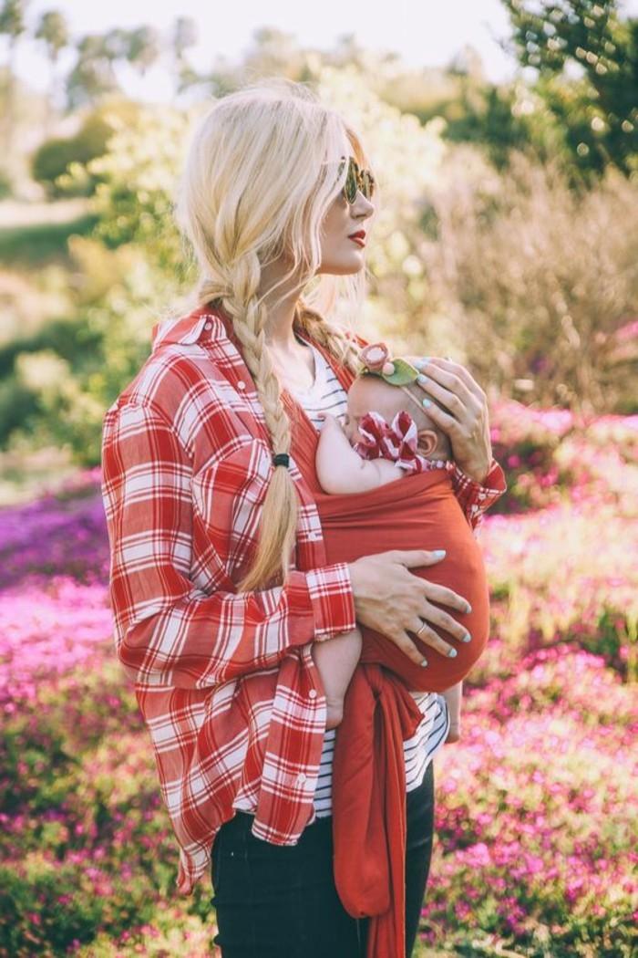 portage-bebe-en-tissu-rouge-comment-porter-son-bebe-en-echarpe-kengourou