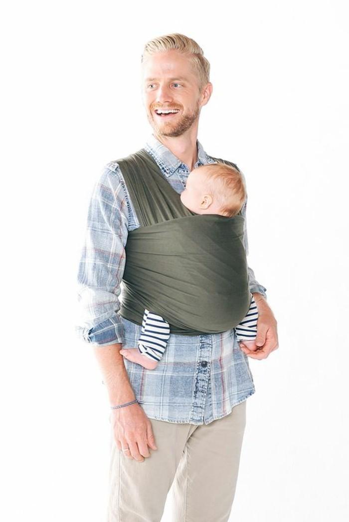 porte-bebe-kengourou-en-tissu-vert-comment-porter-son-bebe-pantalon-beige