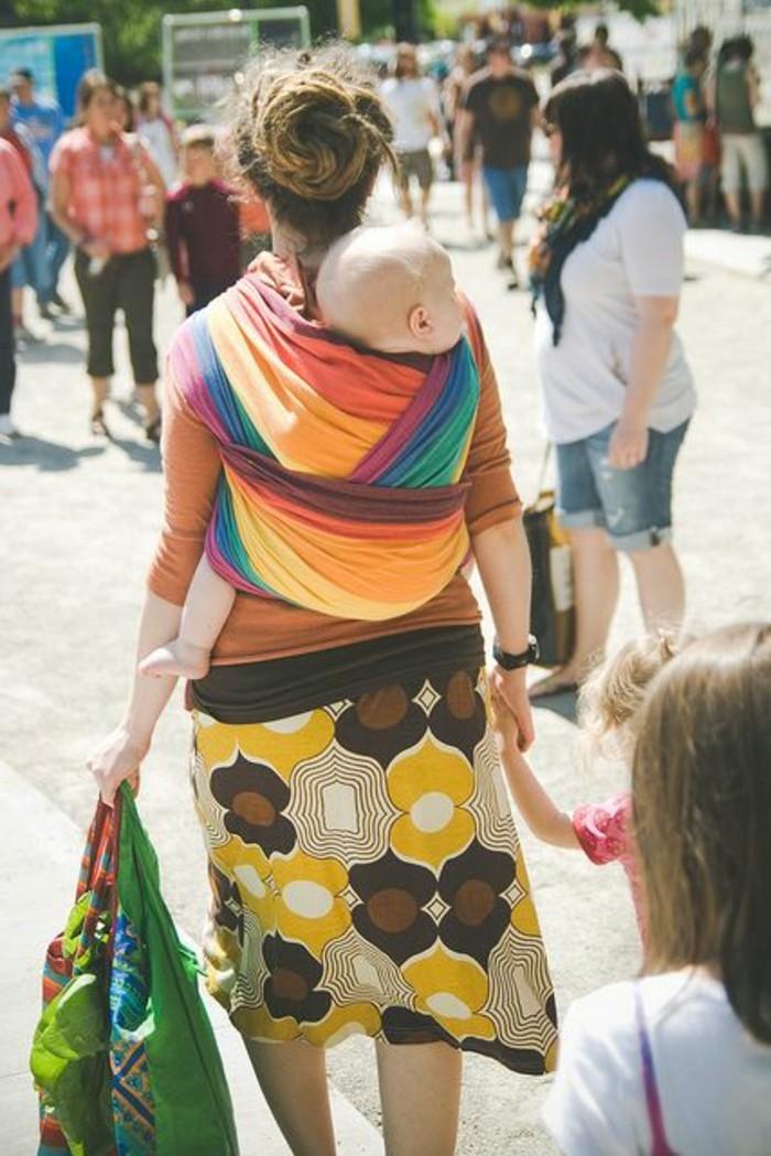 porte-bebe-kengourou-portage-bebe-avec-kengourou-en-tissu-coloré-jupe-mi-courte